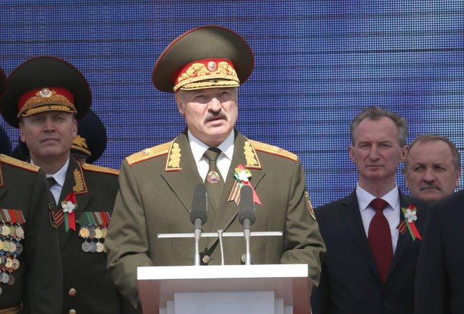 Лукашенко заявил о невозможности отменить парад Победы в Белоруссии