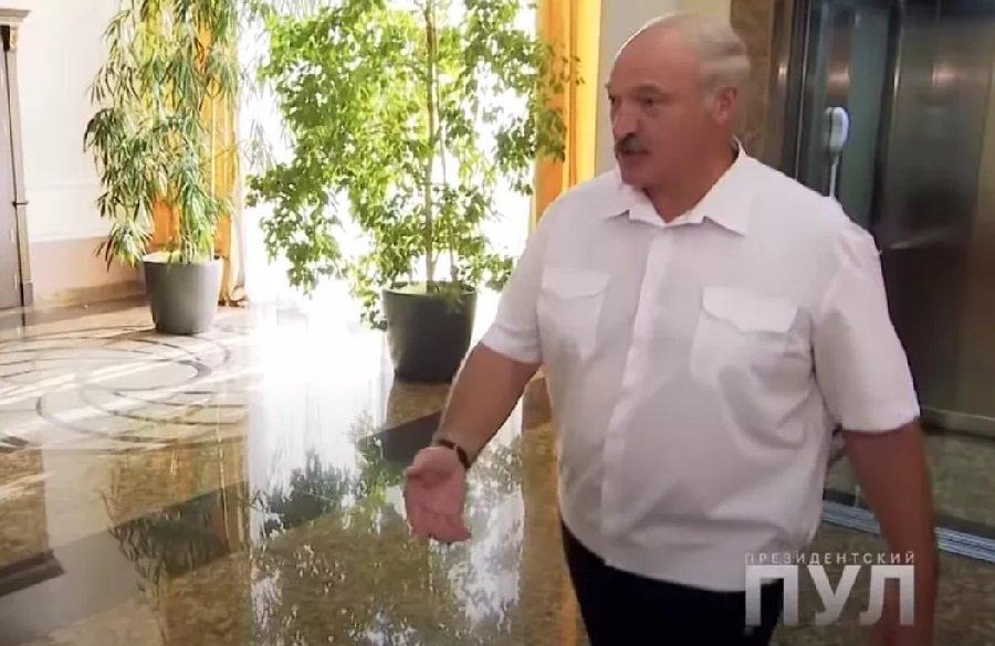 Лукашенко пришел на интервью в одних носках