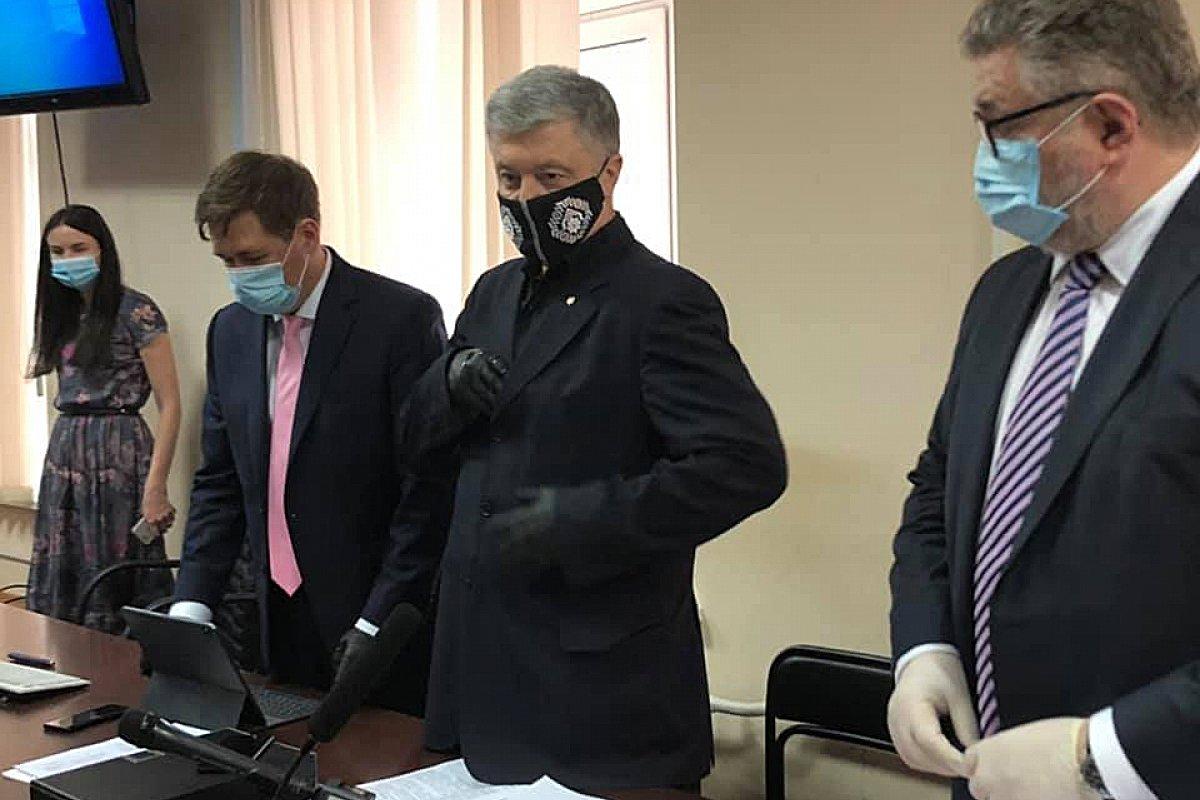 «Замахнулся — бей»: Порошенко обратился к Зеленскому во время суда